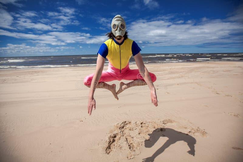 Gasmask海滩党夏时和蓝天 免版税库存图片