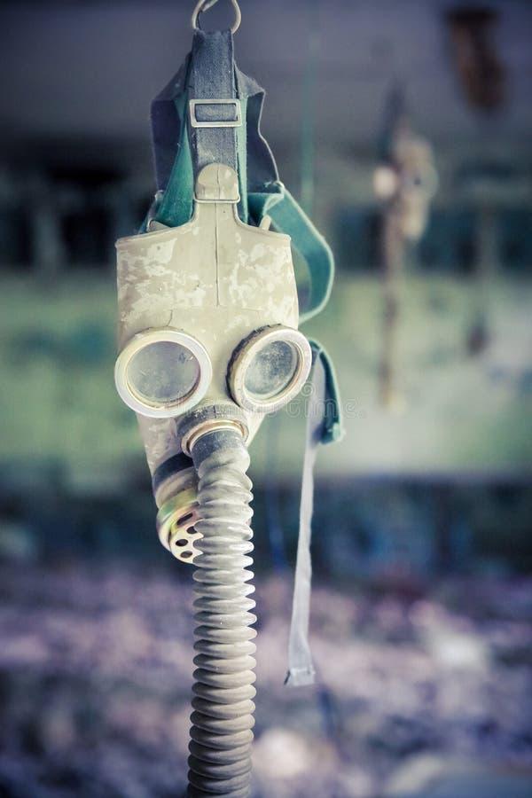 Gasmask i skolan av Pripyat i den Tjernobyl zonen arkivbilder