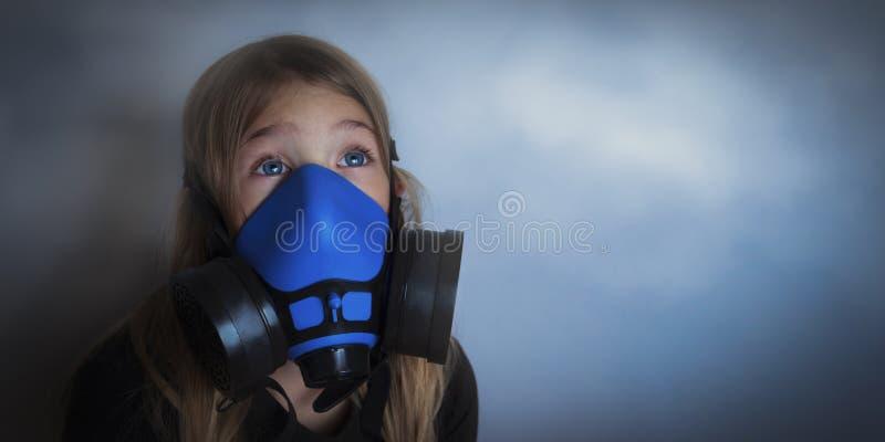 Gasmask vestindo da moça, retrato do respirador imagens de stock