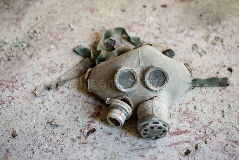 Gasmaskar på golvet i mellanstadiet i Pripyat, Tjernobyl uteslutandezon Kärn- katastrof royaltyfria bilder