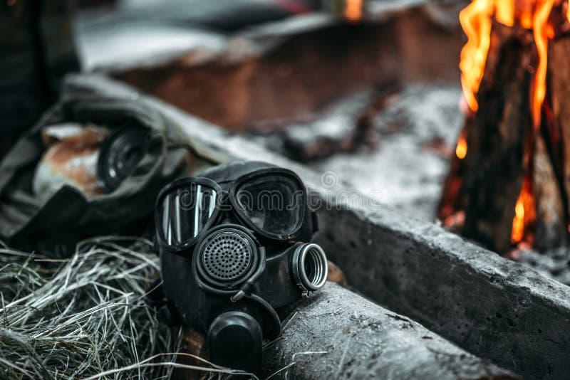 Gasmasken mot brand, postar apokalyptisk livsstil royaltyfri foto