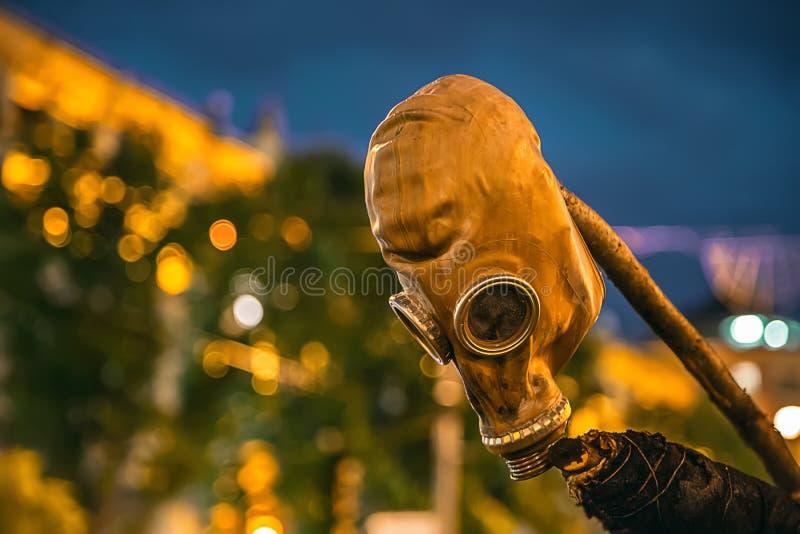 Gasmasker het hangen op een pool stock afbeeldingen