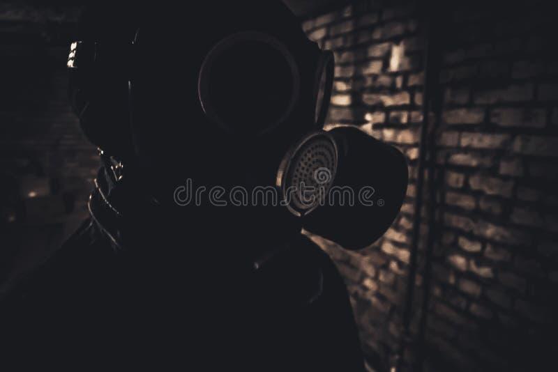 Gasmasker in kelderverdieping royalty-vrije stock afbeelding