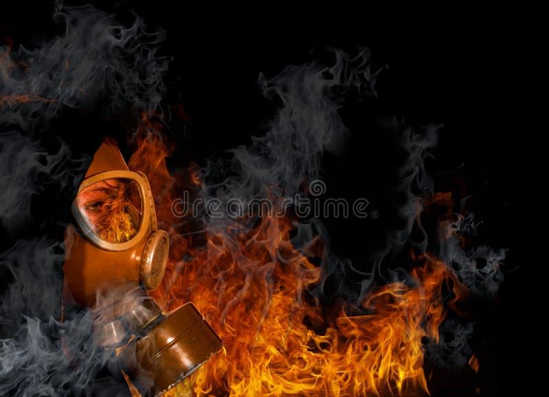 Gasmasker met brand royalty-vrije stock afbeeldingen