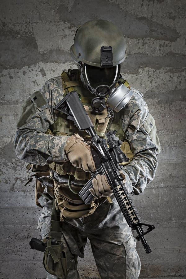 Gasmasksoldat med geväret royaltyfri fotografi