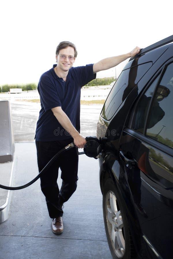 Gasolina de bombeo del hombre fotos de archivo