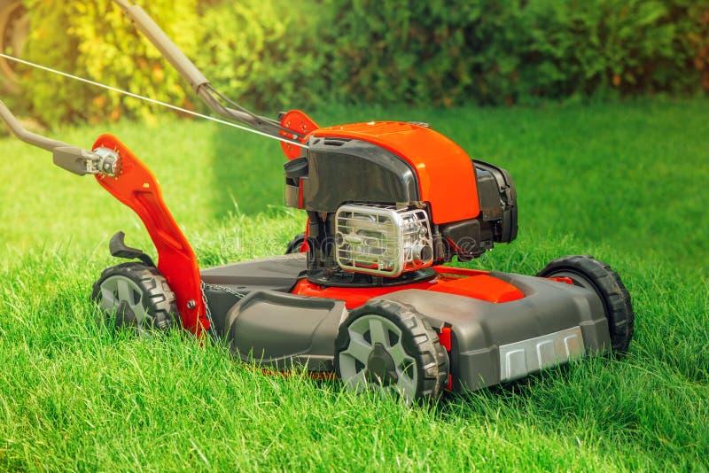 Gasolina moderna cortador de grama giratório posto da grama do impulso imagens de stock royalty free