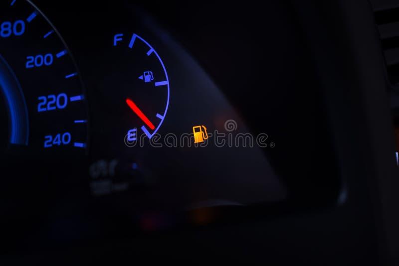 Gasolina vacía, tablero de la rociada de la escala de la gasolina en coche y señal de peligro digital del funcionamiento fuera  fotografía de archivo libre de regalías