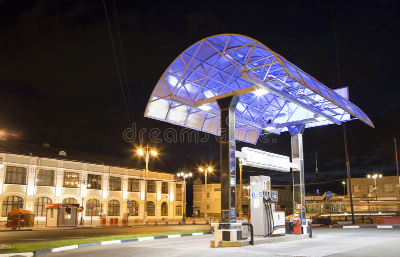 Gasolinera de la estación de servicio en la noche, Moscú, Rusia, foto de archivo