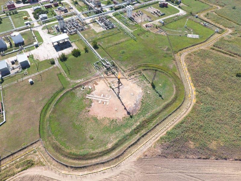 Gasolinera de la llamarada cerca del refino de petróleo fotos de archivo