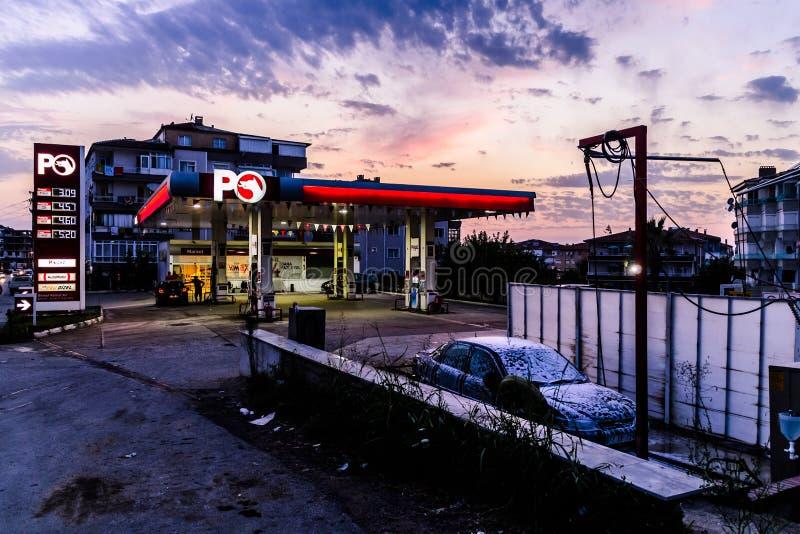 Gasolinera en ciudad turca en la tarde imagen de archivo