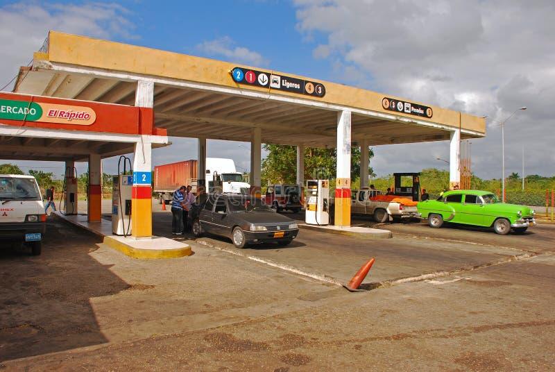 Gasolinera típica en Cuba rural fuera de La Habana imagen de archivo