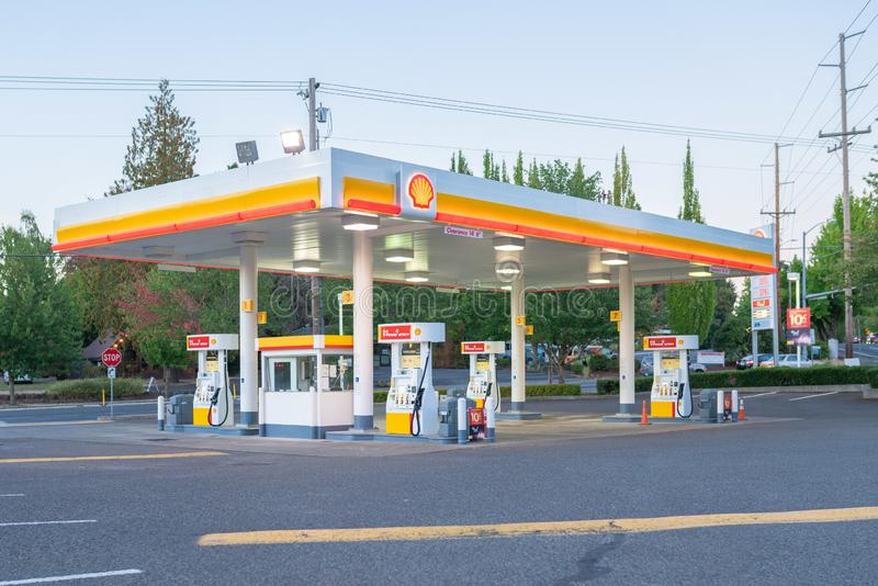 Gasolinera vacía de la cáscara por la tarde foto de archivo libre de regalías