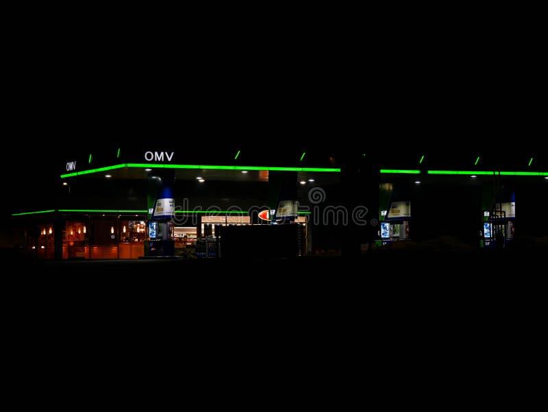 Gasolinera vacía de Omv en la noche fotos de archivo