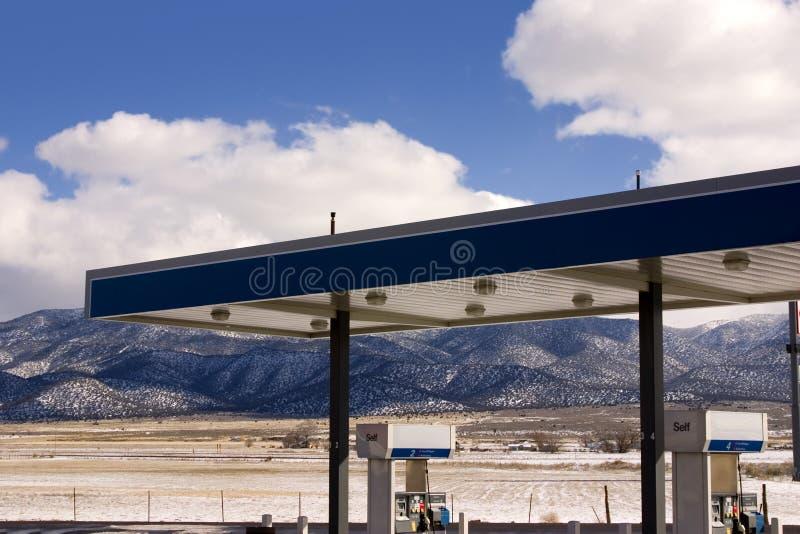 Gasolinera y cielos nublados fotos de archivo