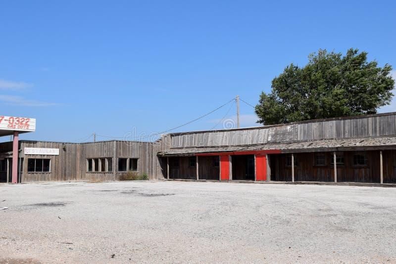 Gasolinera y restaurante abandonados del motel de la combinación en Route 66 en Tejas foto de archivo libre de regalías