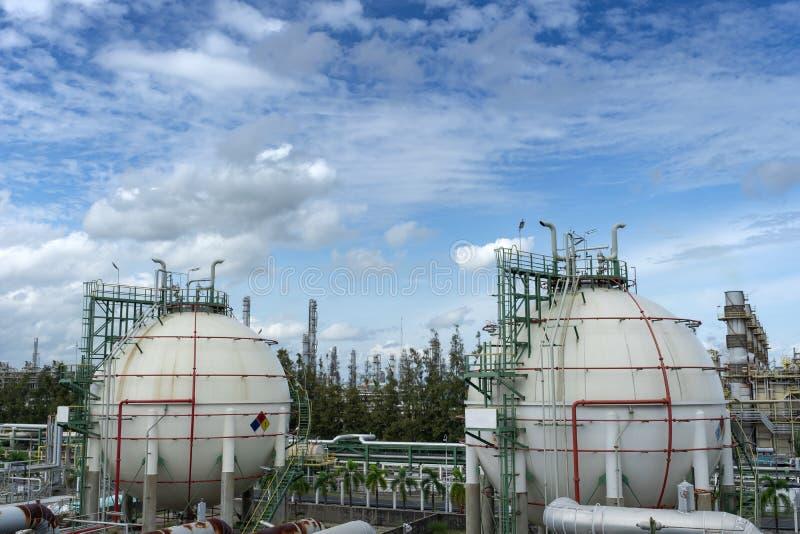 Gasopslagreservoir in petrochemische installatie stock afbeeldingen