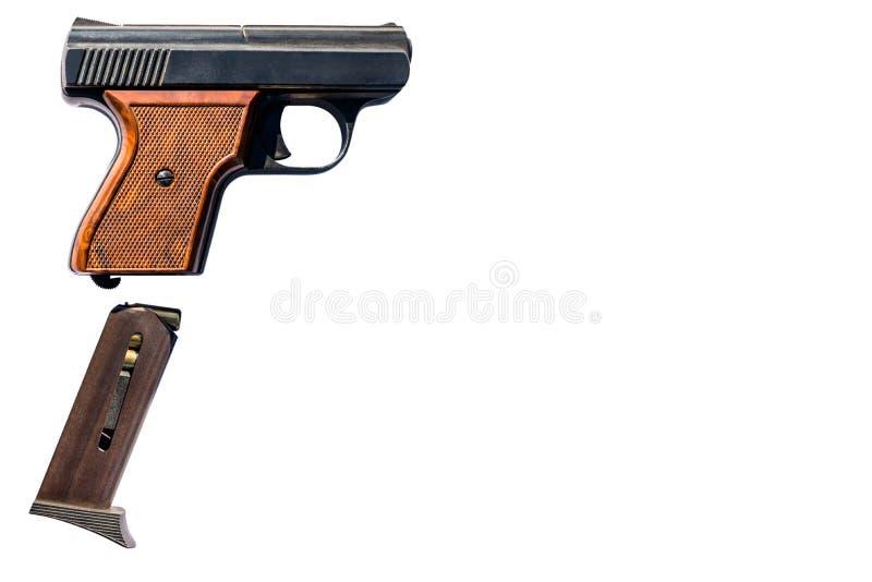 Gaspistol med ammunitiontidskriften med den 8mm kalibern som isoleras på en vit bakgrund med en snabb bana och utrymme för text p arkivfoton