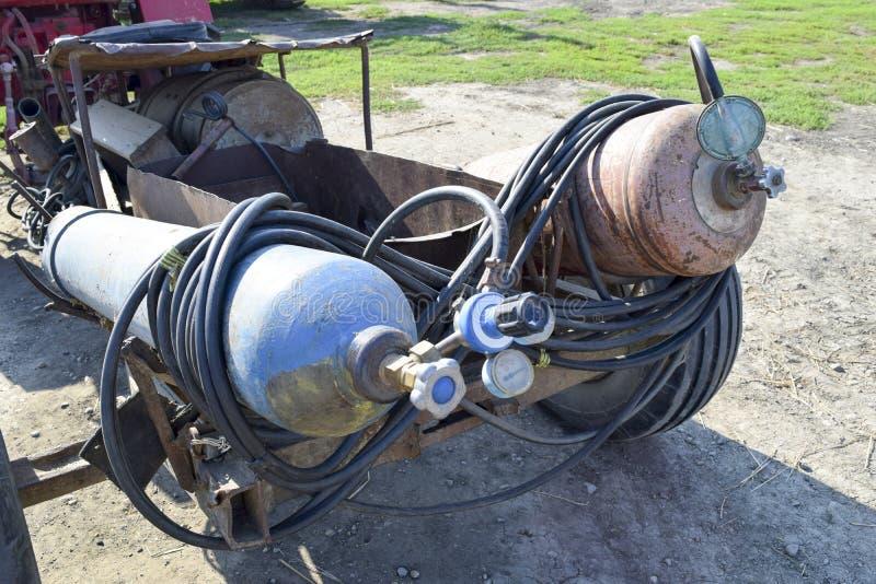 Gasschweißgeräte Ein Zylinder mit Propan und ein Zylinder mit Sauerstoff stockfotografie