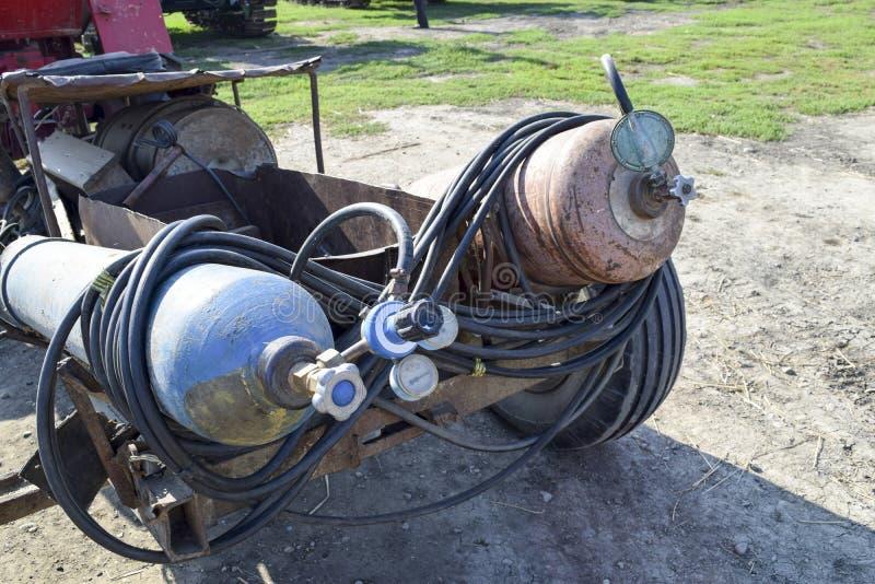 Gasschweißgeräte Ein Zylinder mit Propan und ein Zylinder mit Sauerstoff stockfoto