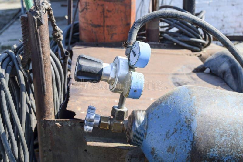 Gasschweißgeräte Ein Zylinder mit Propan und ein Zylinder mit Sauerstoff stockbild
