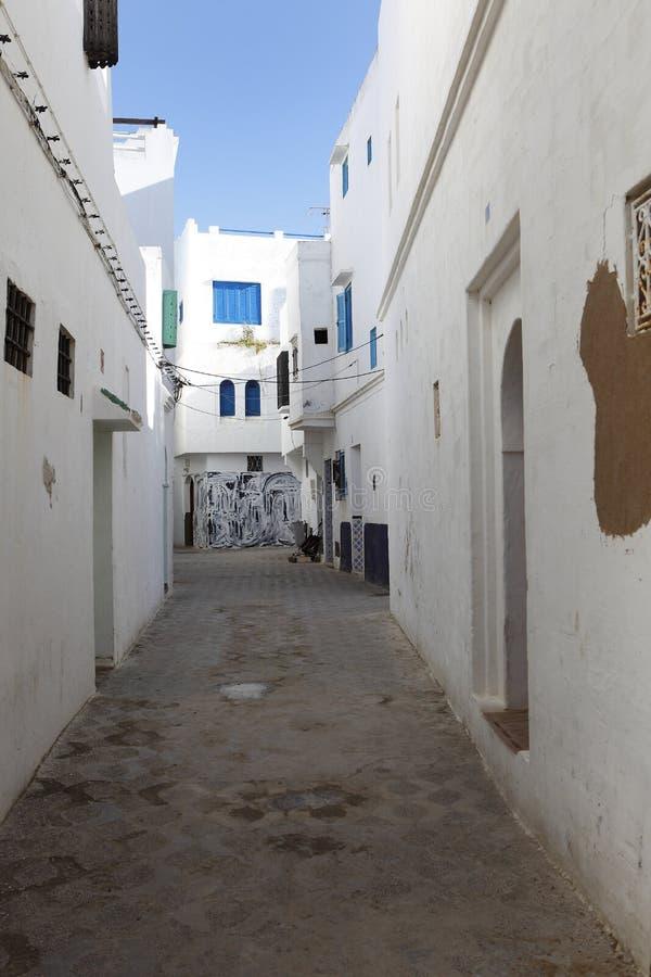 Gasse in Assila, Marokko stockbild
