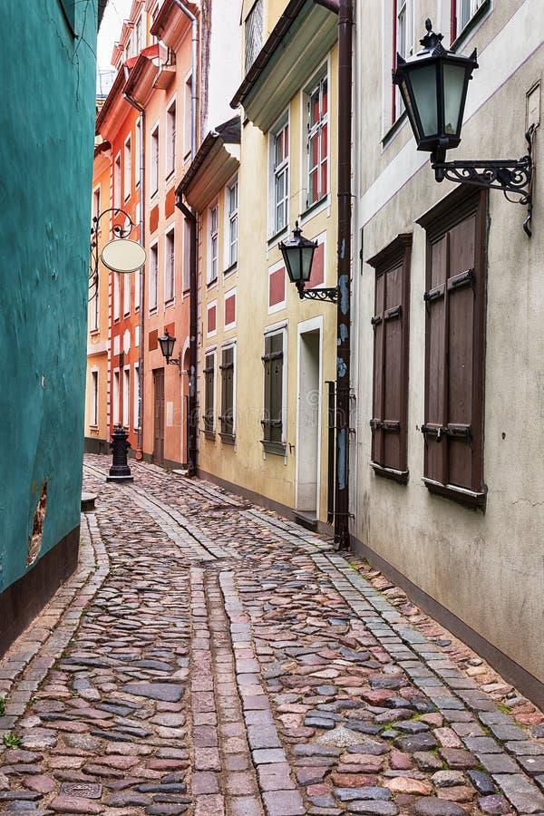 Gasse in der alten Stadt Riga, Lettland lizenzfreie stockfotos