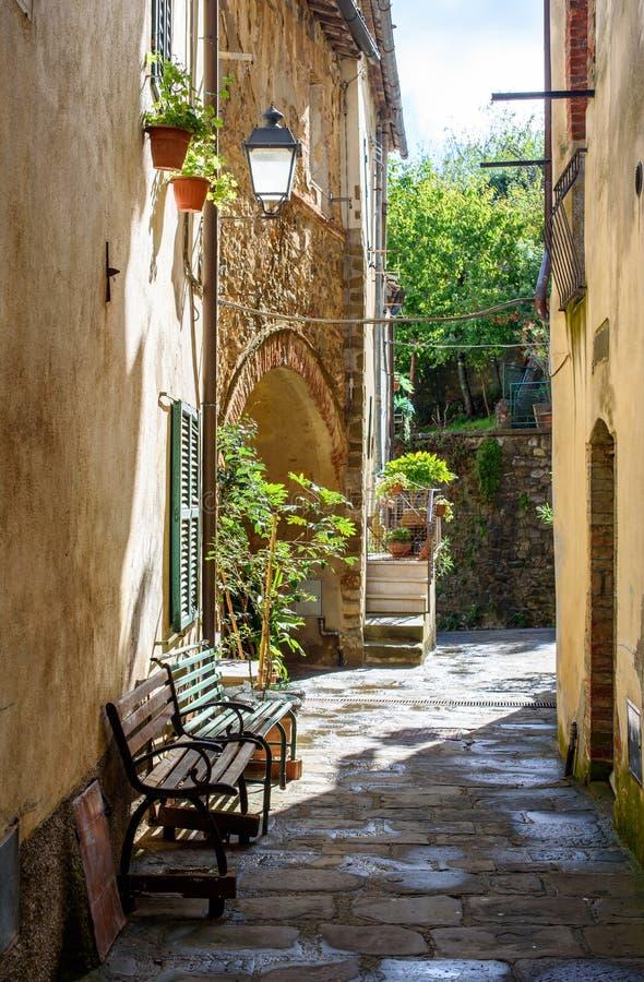 Gasse des italienischen Dorfs stockbild