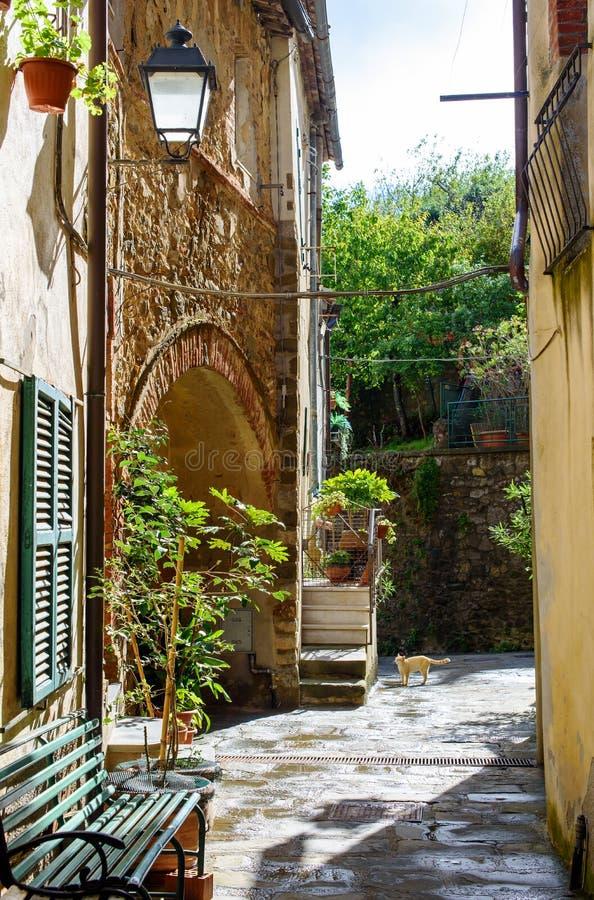 Gasse des italienischen Dorfs stockfotos