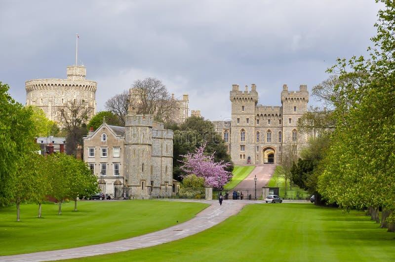 Gasse des weiten Spaziergangs zu Windsor-Schloss im Frühjahr, London-Vororte, Großbritannien stockfotos