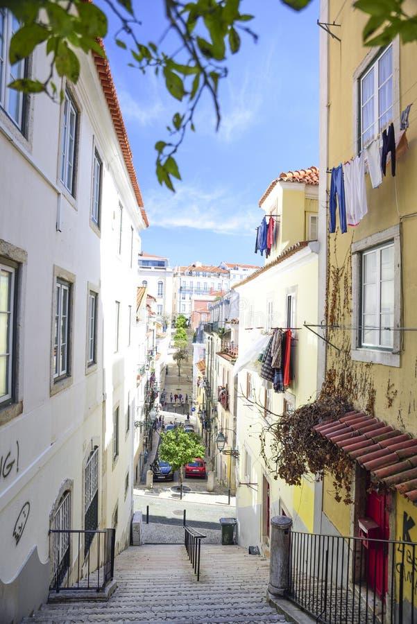 Gasse im hohen Barrio in Lissabon lizenzfreie stockbilder