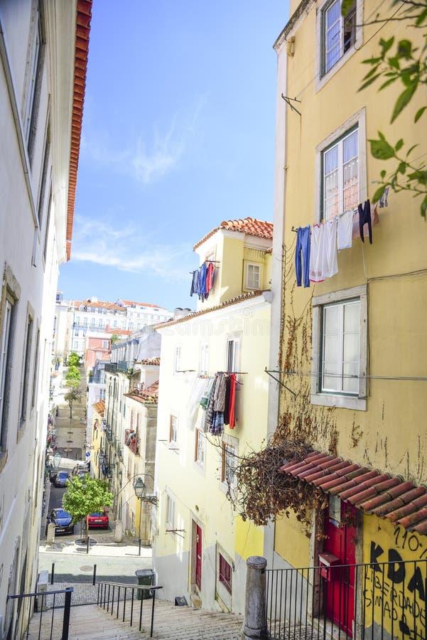 Gasse im hohen Barrio in Lissabon stockfotos
