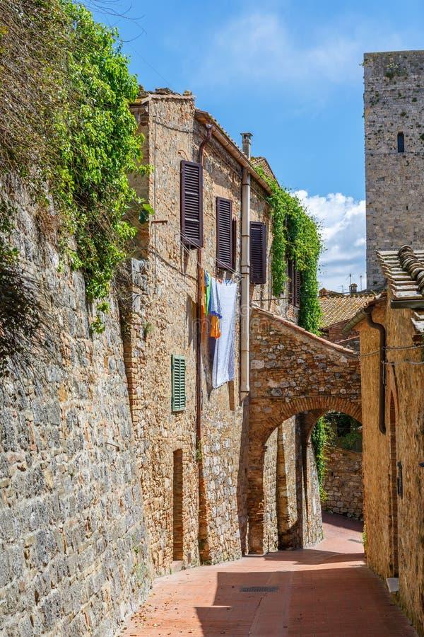 Gasse mit hängender Wäscherei in einem alten italienischen Dorf lizenzfreie stockbilder