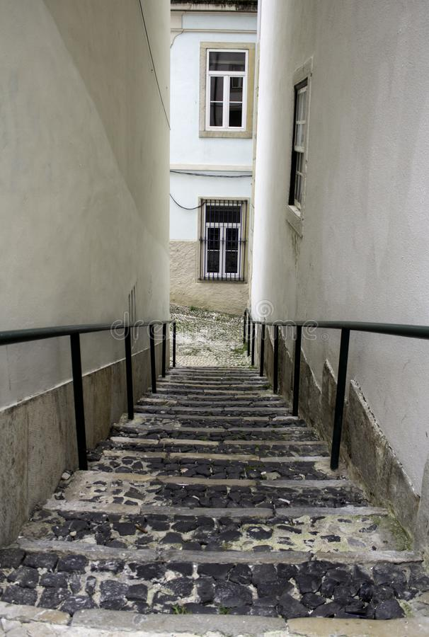 Gasse mit Treppe Lissabon lizenzfreies stockbild