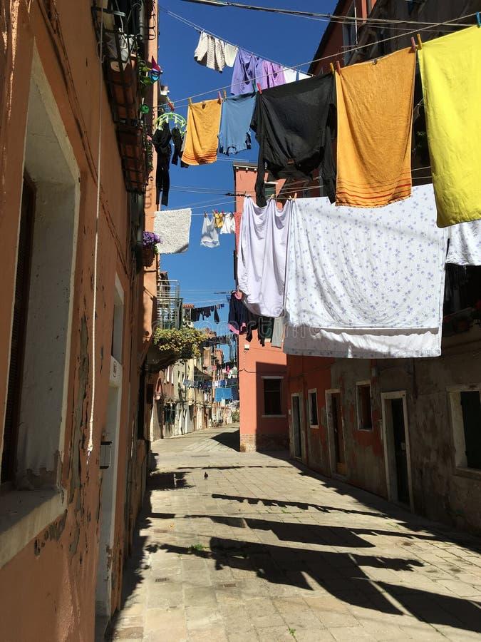 Download Gasse in Venedig stockbild. Bild von venedig, hängen - 90236111
