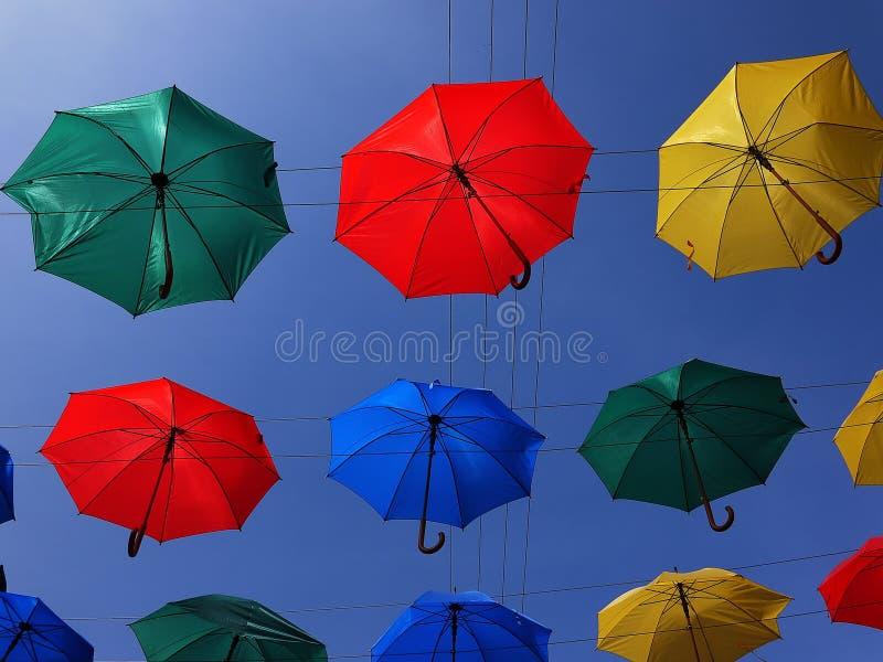 Gasse von sich hin- und herbewegenden Regenschirmen Stadt von St Petersburg, Russland Sch?ne Stra?e mit sch?n verziert lizenzfreies stockbild