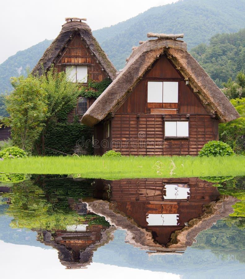 Gassho-zukuri房子,历史的村庄在夏天白川町去 免版税图库摄影