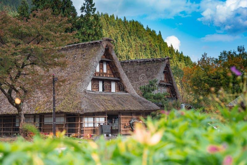Gassho-zukuri hus i den Gokayama byn Gokayama har inskrivits på listan för UNESCOvärldsarvet tack vare dess traditionella gas arkivbild