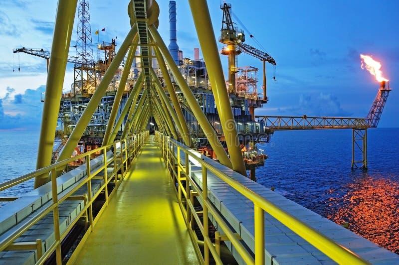 Gassignalljuset är på oljeplattformplattformen royaltyfri bild