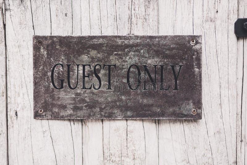 Gast slechts teken op de houten deur stock fotografie