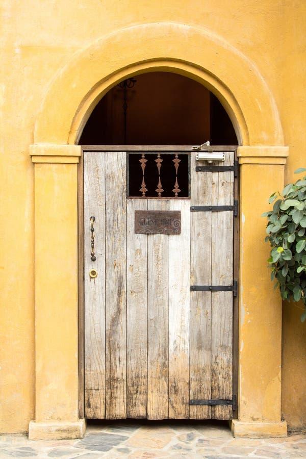 Gast slechts Teken op houten deur stock foto's