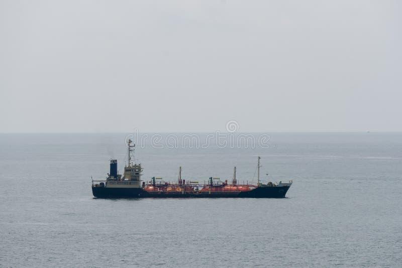 Gastanker Transport zwischen Städten im Meer stockbilder