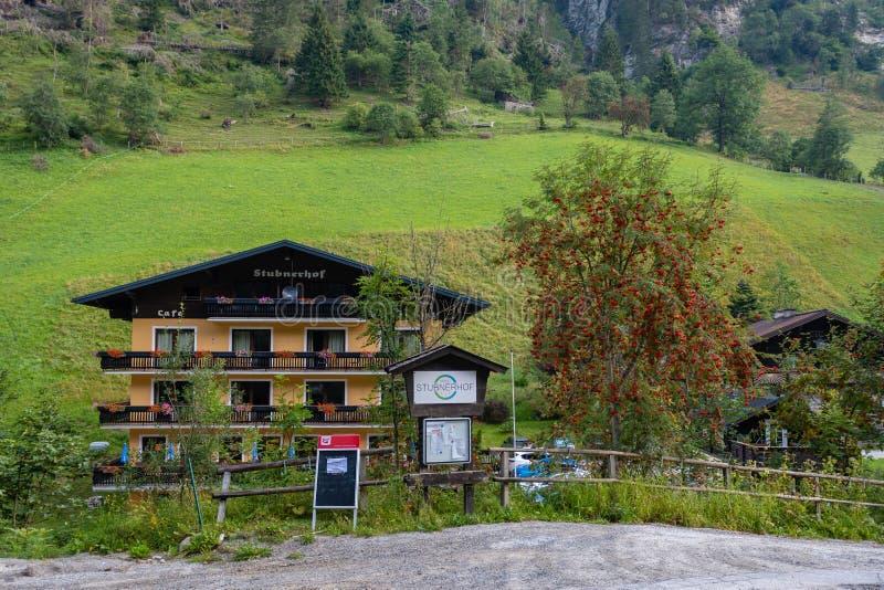 GASTEIN MAU, ÁUSTRIA - 6 DE AGOSTO DE 2018: Vila e hotel no vale da montanha perto do rio fotografia de stock royalty free
