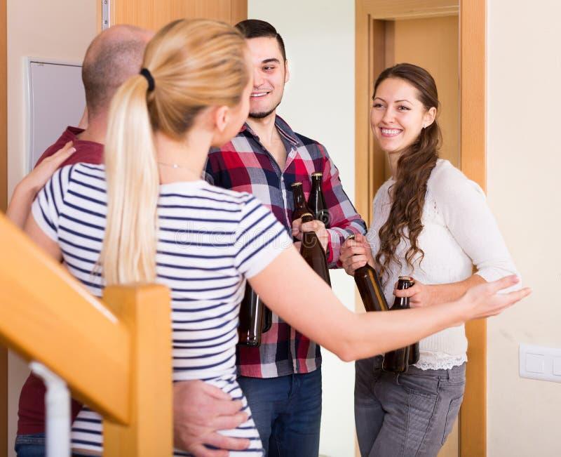 Gasten die zich in deuropening bevinden royalty-vrije stock afbeelding