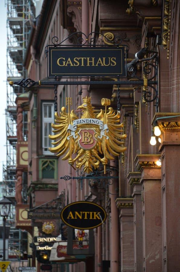 Gasthaus - casa de hóspedes alemão no centro histórico do cano principal de Francoforte imagens de stock