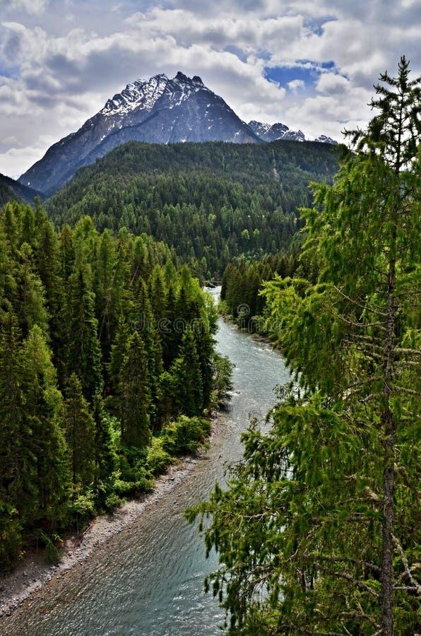 Gasthaus Der Schweizer Alpen-, Scuol-Fluss Lizenzfreie Stockbilder