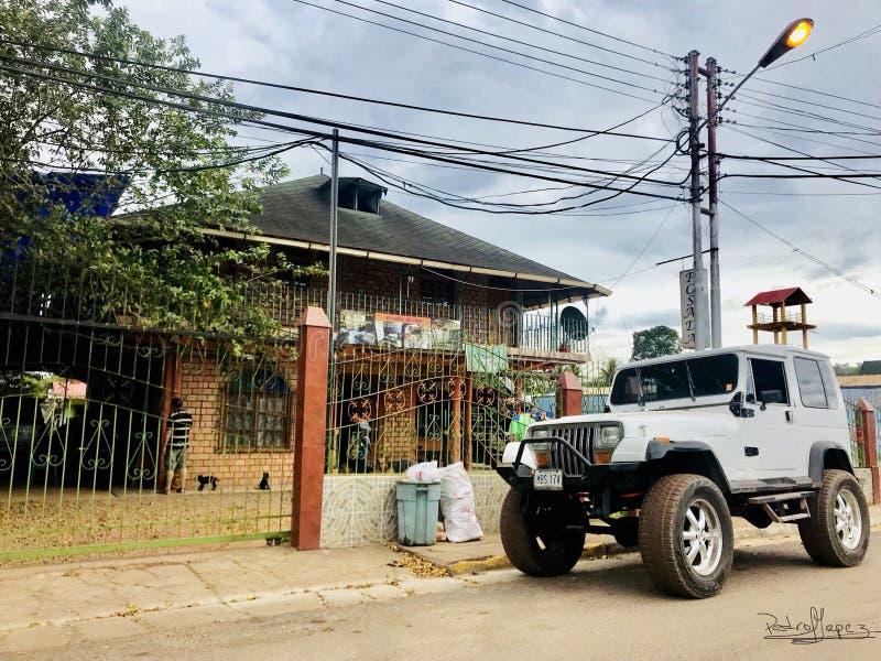 Gasthaus und Jeep in der Stadt stockbilder