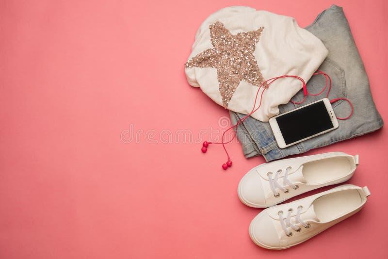 Gastos indirectos del esencial para el estudiante moderno, adolescente, mujer tapa foto de archivo