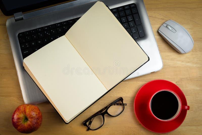 Gastos indirectos del ordenador portátil con el cuaderno foto de archivo