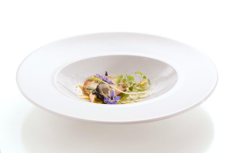 Gastrónomo Assiette con una ostra y una salsa verde imagenes de archivo